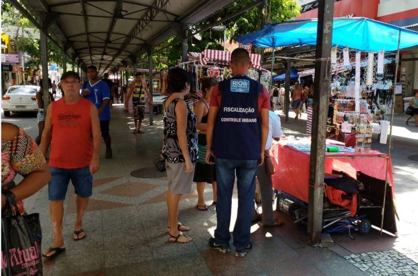 Agentes fiscalizaram 56 ambulantes na área de implantação do programa Ambulante Legal; ruas do Centro do Rio também receberam ação de ordenamento