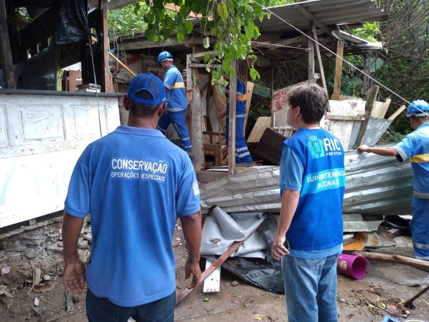 Prefeitura demole construções irregulares na Zona Sul