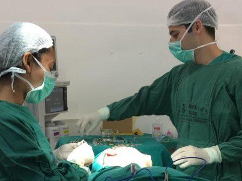 Uma das cirurgias do mutirão de otoplastia