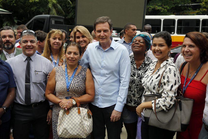 O prefeito Marcelo Crivella com os diretores dos hospitais participantes do mutirão de cirurgia para correção de orelhas em crianças e adolescentes