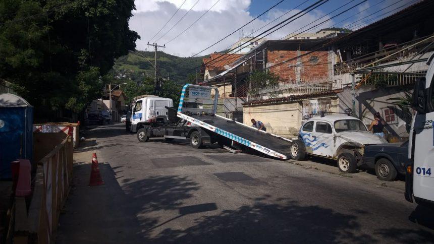 Seop realiza operação especial contra veículos abandonados e estacionamento irregular na comunidade Camarista Méier