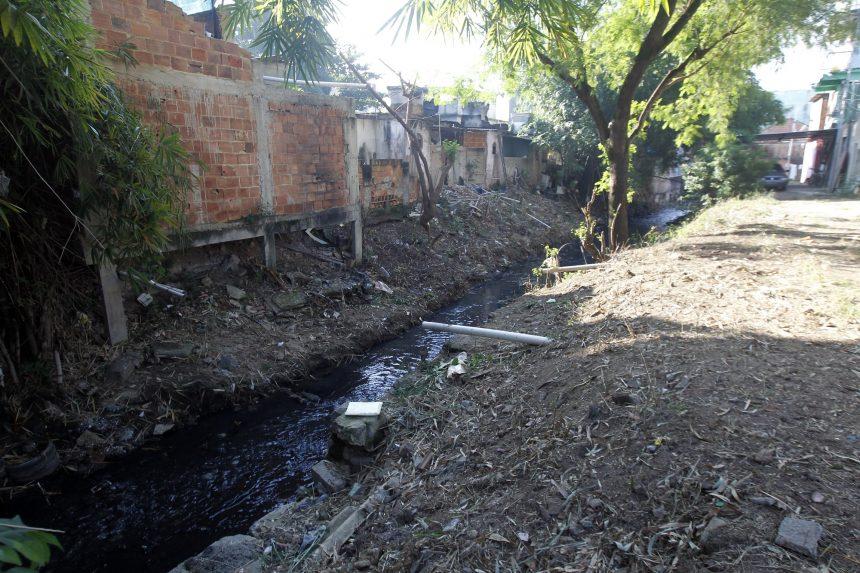 O trecho do Rio Faria devidamente limpo, depois da ação da equipe da conservação municipal. Foto: Paulo Sérgio / Prefeitura do Rio