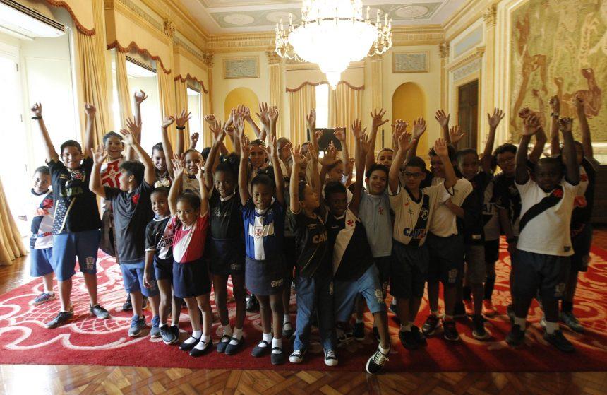 Alunos vascaínos de escolas municipais estiveram no Palácio da Cidade junto com garotos da base do clube para acompanhar a assinatura da cessão do terreno para o CT. Foto: Paulo Sérgio / Prefeitura do Rio