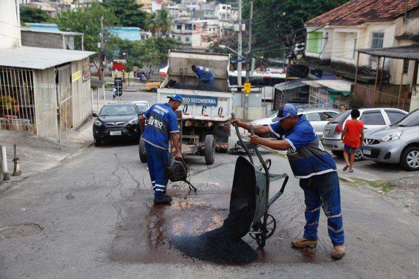 Funcionários da Conservação tapam buraco e refazem o asfalto em Vigário Geral. Foto: Hudson Pontes / Prefeitura do Rio