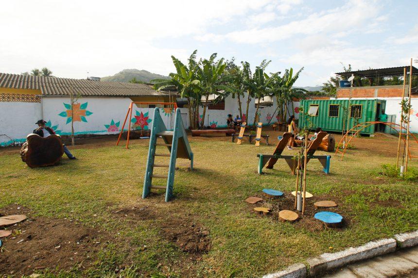 Onde antes havia lixo, mato alto, ratos e baratas hoje existe uma praça bonita e colorida, com brinquedos para as crianças de Senador Vasconcelos. Foto: Maurício Val / Prefeitura do Rio