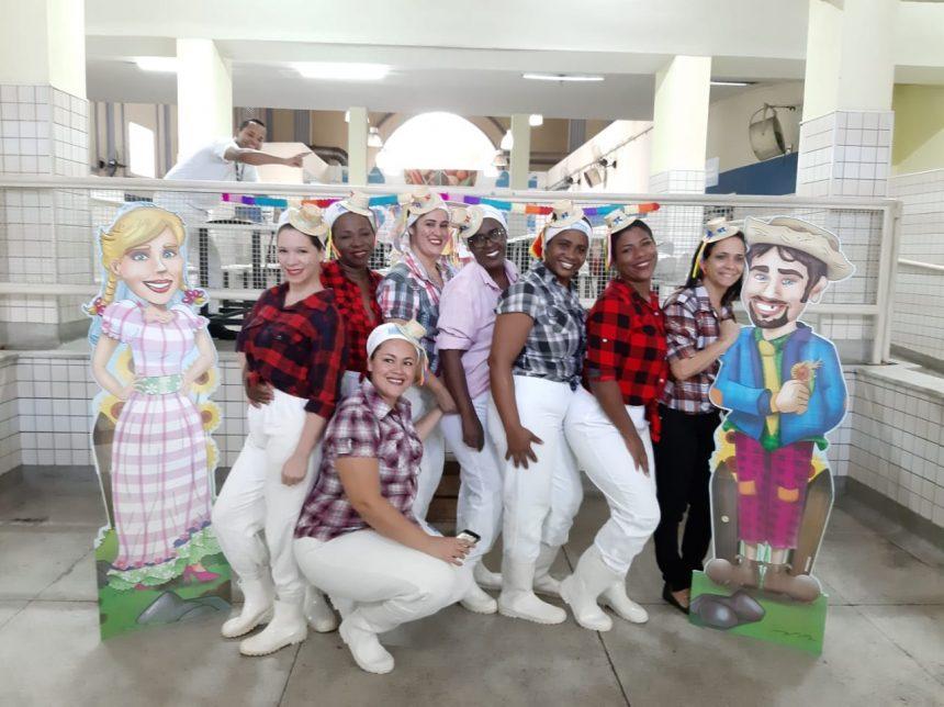 Equipe de restaurante popular vestida a caráter para servir cardápio junino. Foto: Divulgação