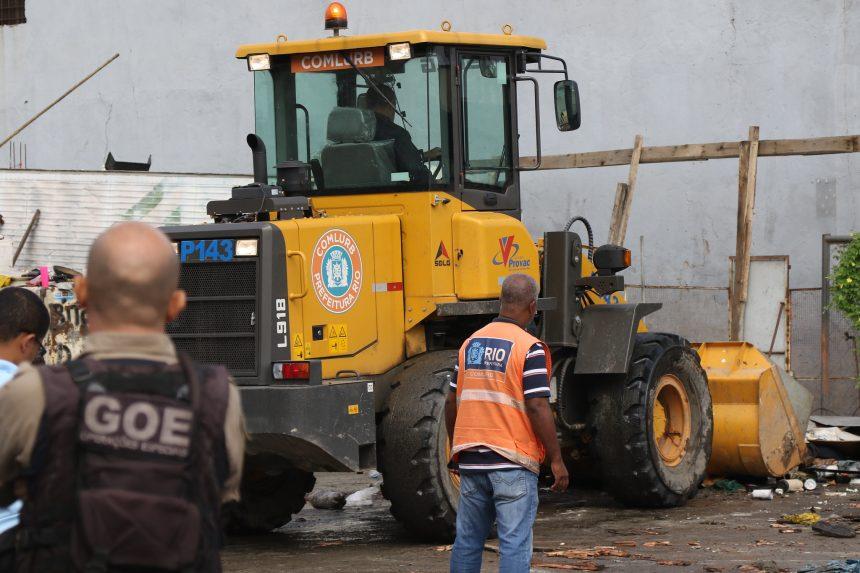 Pá mecânica é utilizada na tentativa de demolição de um muro irregular de 5m de altura na Rua do Fubá, na Penha. Foto: Hudson Pontes / Prefeitura do Rio