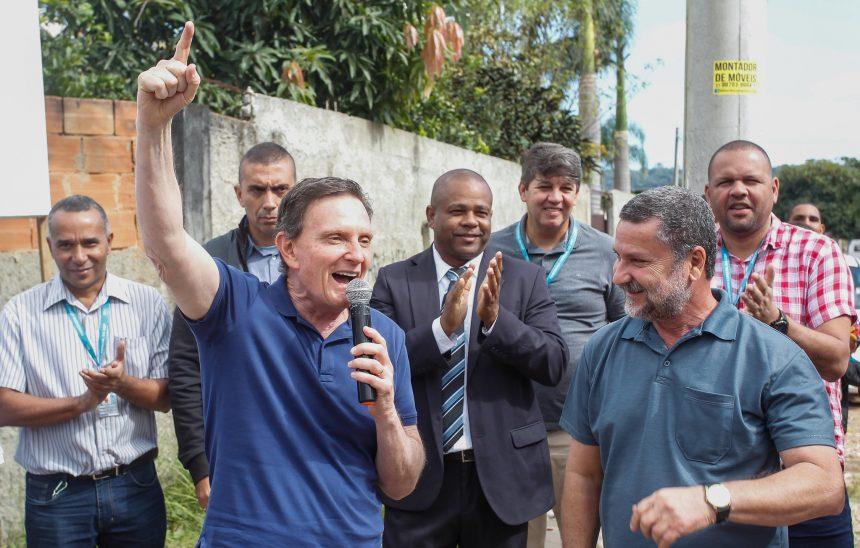 Prefeito Marcelo Crivella e o secretário Sebastião Bruno (D) anunciam o começo das obras em Campo Grande.