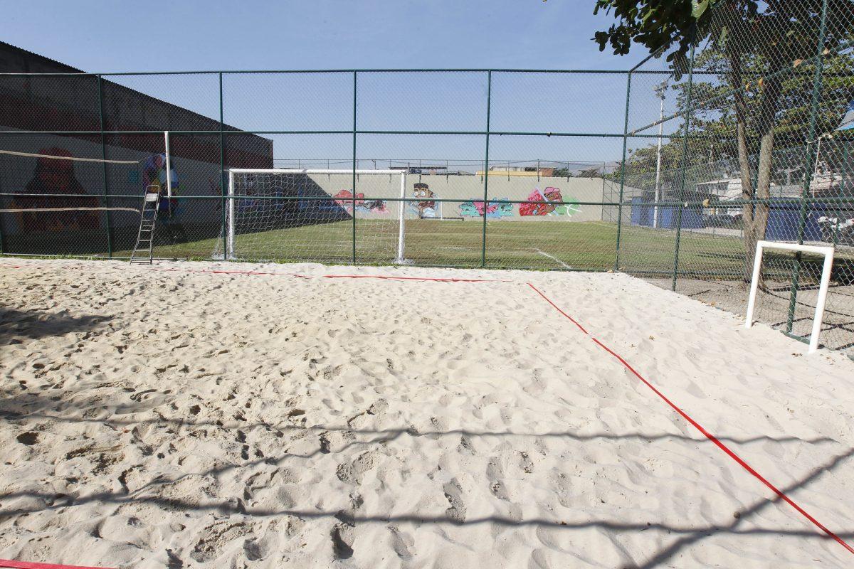 Quadra de areia para vôlei e, ao fundo, campo de futebol gramado: frequentadores da Ely Ferreira Cova, em Bangu, têm o que comemorar. Foto: Paulo Sérgio / Prefeitura do Rio