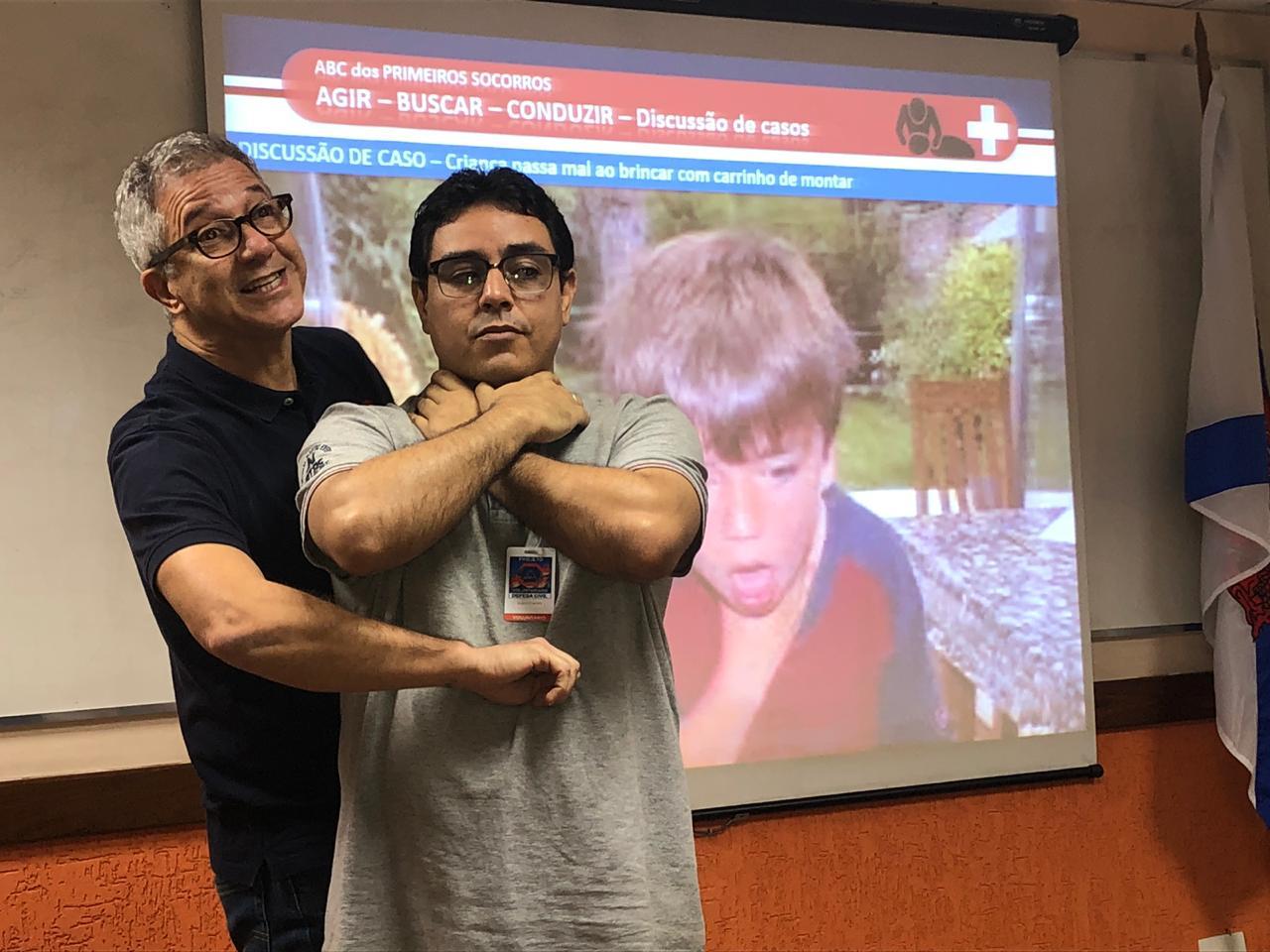 Instrutor demonstra ação de primeiros socorros em aula para candidatos a voluntários da Defesa Civil. Foto: divulgação
