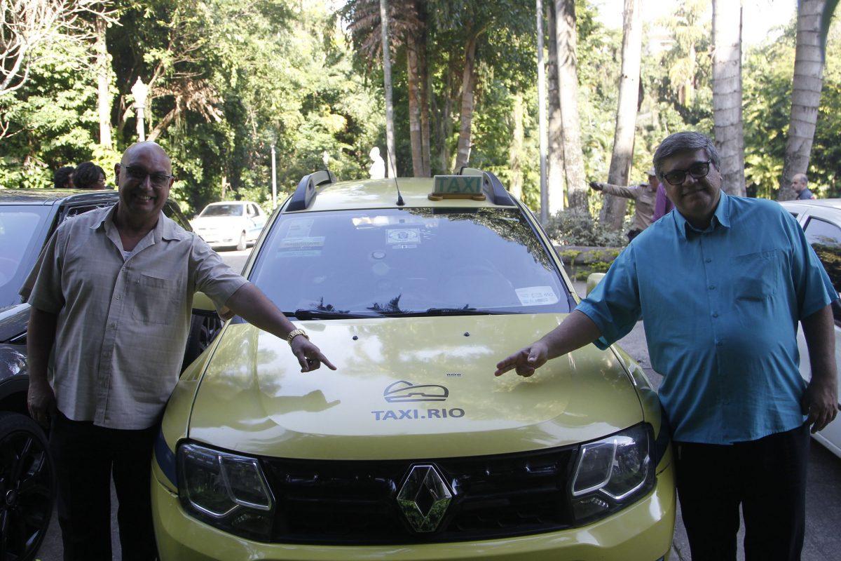Motoristas do Taxi.Rio mostram logomarca da plataforma digital no veículo: descontos para os passageiros e segurança para todos estão entre os atrativos do aplicativo. Foto: Paulo Sérgio / Prefeitura do Rio