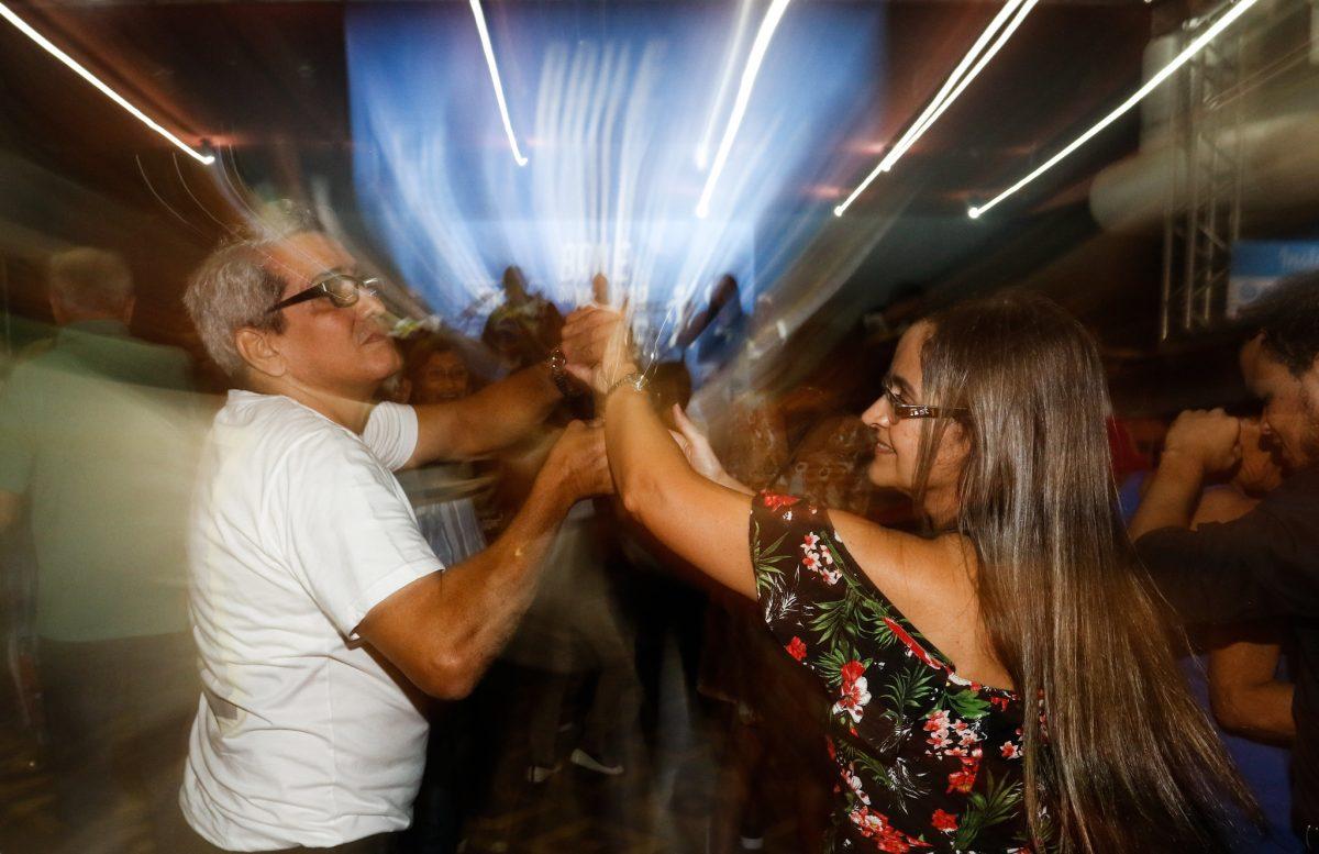 Casal se diverte dançando no Baile da Melhor Idade, no Clube Municipal, na Tijuca. Foto: Marcelo Piu / Prefeitura do Rio