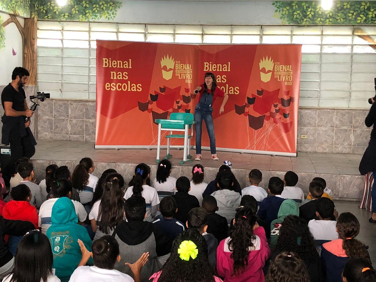 Escola da Prefeitura recebe a escritora infantil Letícia Braga em evento pré-Bienal do Livro