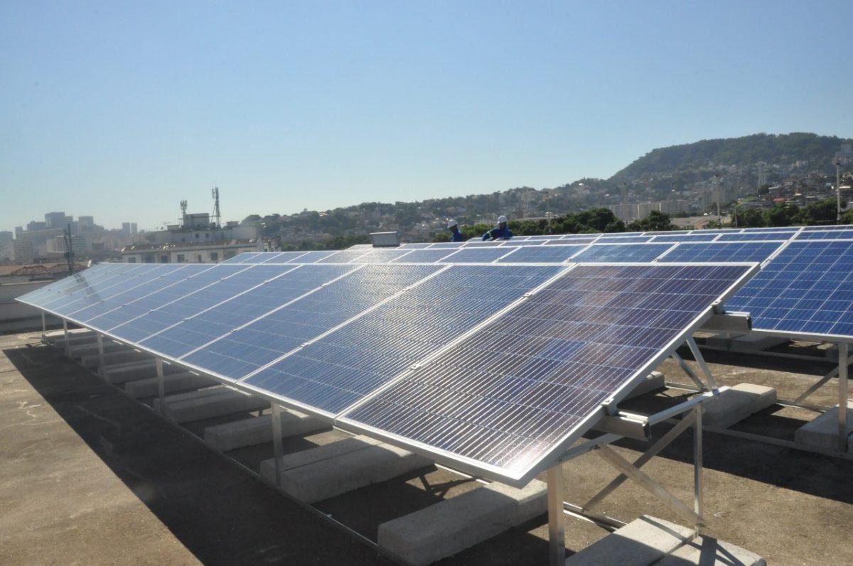 Painel solar instalado no prédio do Centro de Operações Rio (COR), na Cidade Nova: economia de energia para os cofres públicos. Foto: divulgação