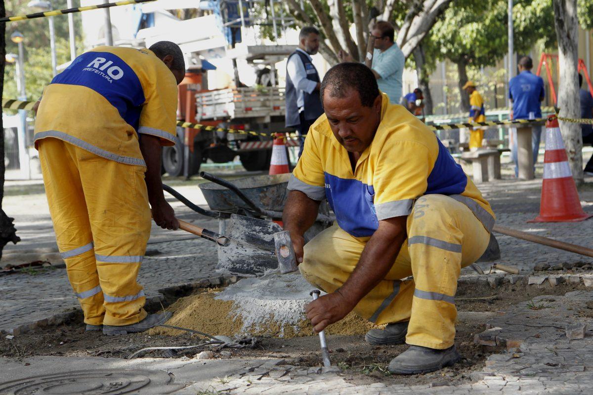 No Cuidar da Cidade em Realengo, retoque no calçamento de pedras portuguesas. Foto: Paulo Sérgio / Prefeitura do Rio