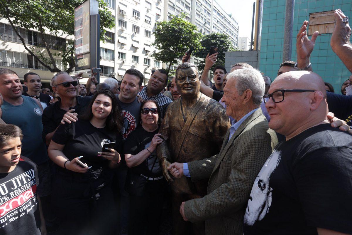 Estátua de Carlson Gracie, em tamanho natural, homenageia o mestre do jiu-jitsu na Praça Shimon Peres, em Copacabana. Foto: Edvaldo Reis / Prefeitura do Rio