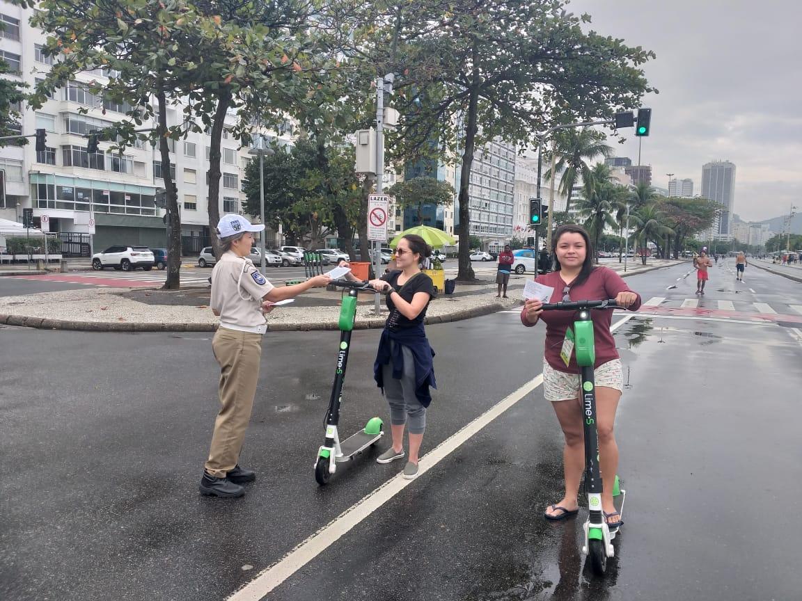 Mesmo com domingo chuvoso, teve quem saísse de patinete elétrica na Orla carioca, e a GM fez o trabalho de orientação. Foto: divulgação