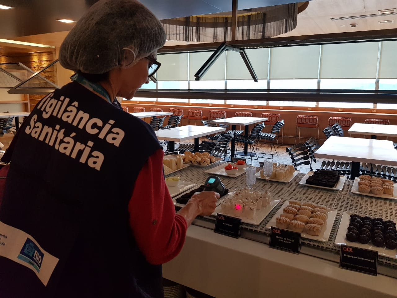 Técnica da Vigilância Sanitária municipal inspeciona alimentos servidos num dos 90 estabelecimentos aferidos no Galeão. Foto: Nelson Dantas / Prefeitura do Rio