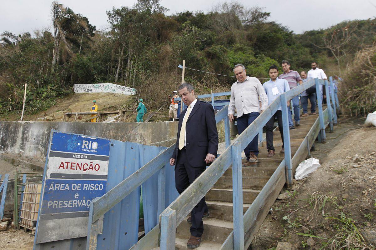O desembargador Mauro Pereira Martins (primeiro à esquerda) vistoriou, com peritos judiciais, as obras na encosta da Avenida Niemeyer. Foto: Paulo Sérgio / Prefeitura do Rio