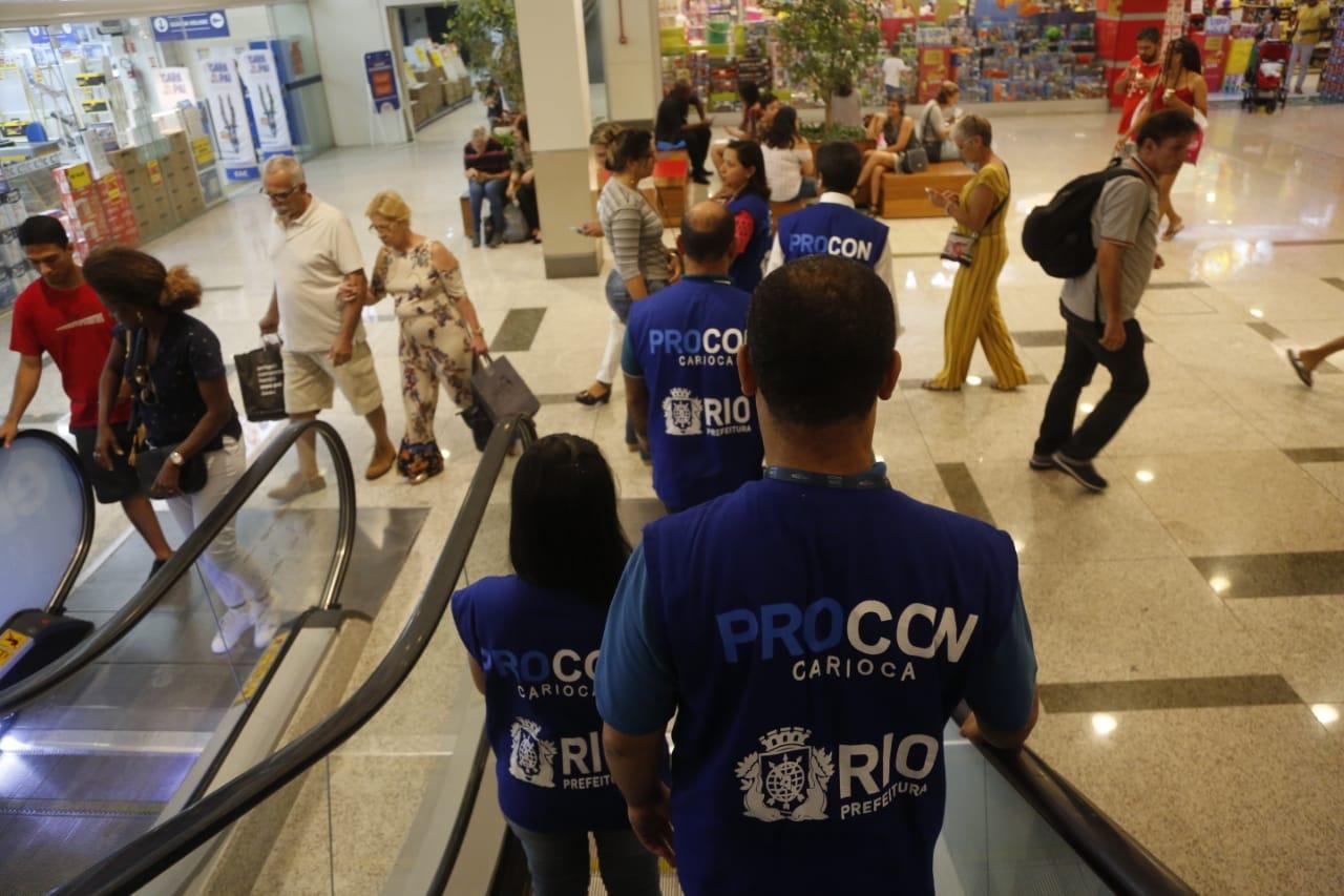 Fiscais do Procon Carioca visitaram shoppings do Rio para verificar se havia desrespeito ao Código de Defesa do Consumidor. Foto: divulgação