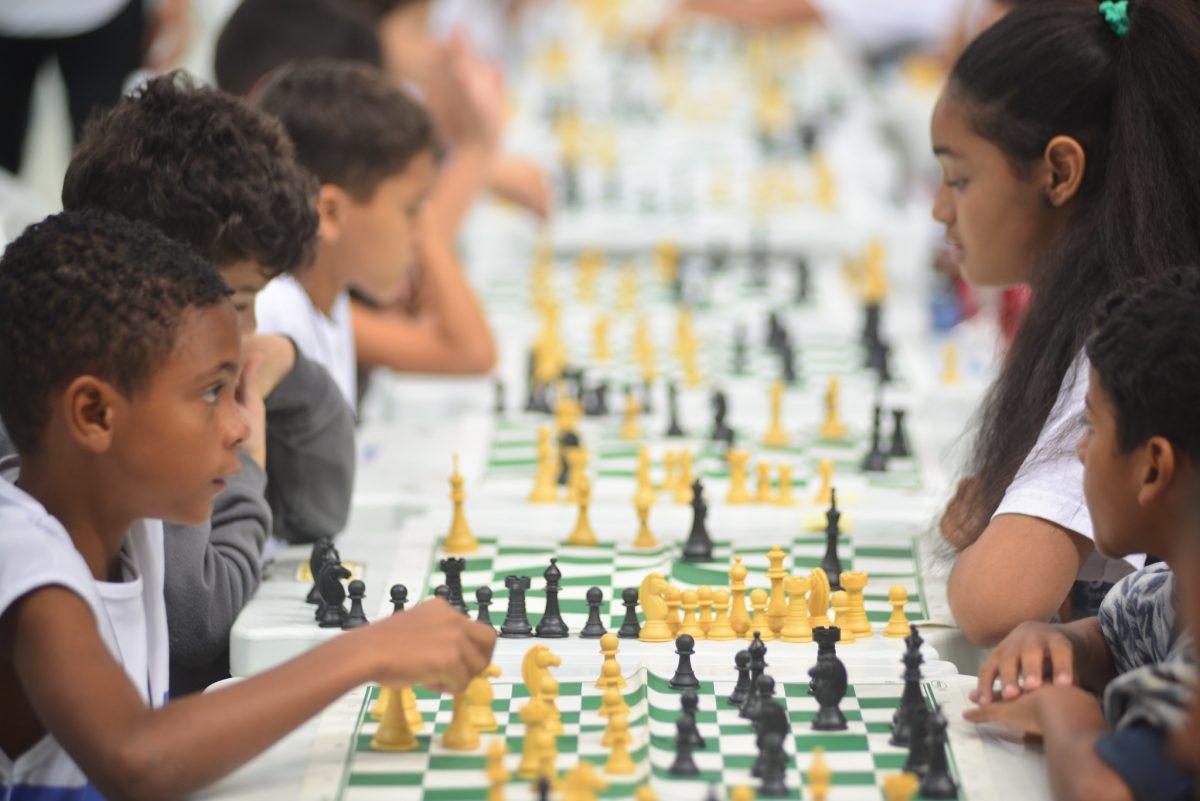 Alunos da rede municipal participam de competição de xadrez. Biblioteca Popular Municipal no Rio Comprido oferece aulas grátis do jogo. Foto: Helio Melo / Prefeitura do Rio