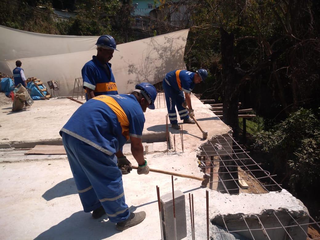 Operários trabalham na laje de uma das construções irregulares a serem demolidas no Catete. Foto: Superintendência da Zona Sul / divulgação