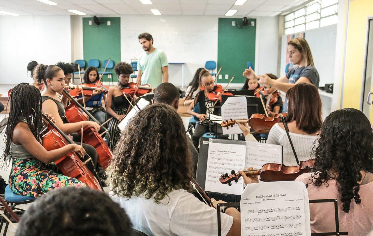 Com Toquinho no palco, orquestra formada por alunos de escolas municipais de Santa Cruz e Sepetiba faz sua estreia na Cidade das Artes