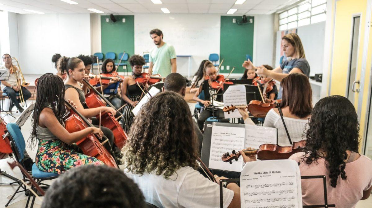 Orquestra nas Escolas se apresenta no Largo da Carioca com repertório de sucessos que vão de Pixinguinha a Michael Jackson