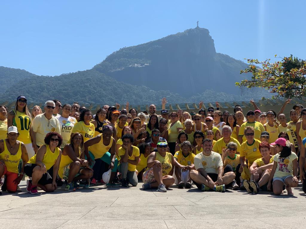 Equipe de voluntários coordenada pela Secretaria Municipal de Envelhecimento Saudável, Qualidade de Vida e Eventos em apoio ao Setembro Amarelo, de prevenção ao suicídio. Foto: divulgação