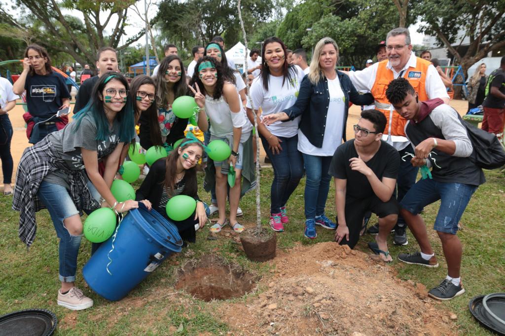 Plantio de árvore em ação na Barra da Tijuca