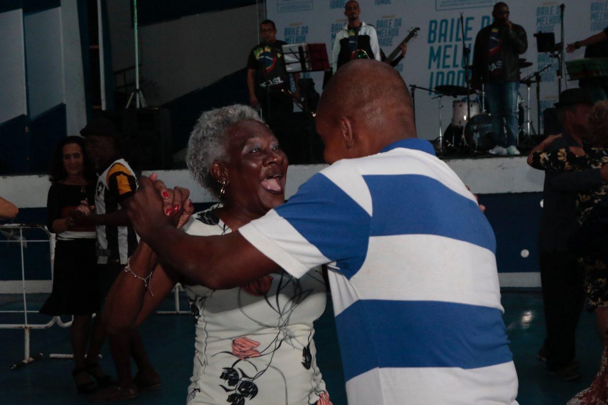 No rosto, a empolgação estampada durante o Baile da Melhor Idade na quadra da Portela. Foto: Mariana Ramos / Prefeitura do Rio
