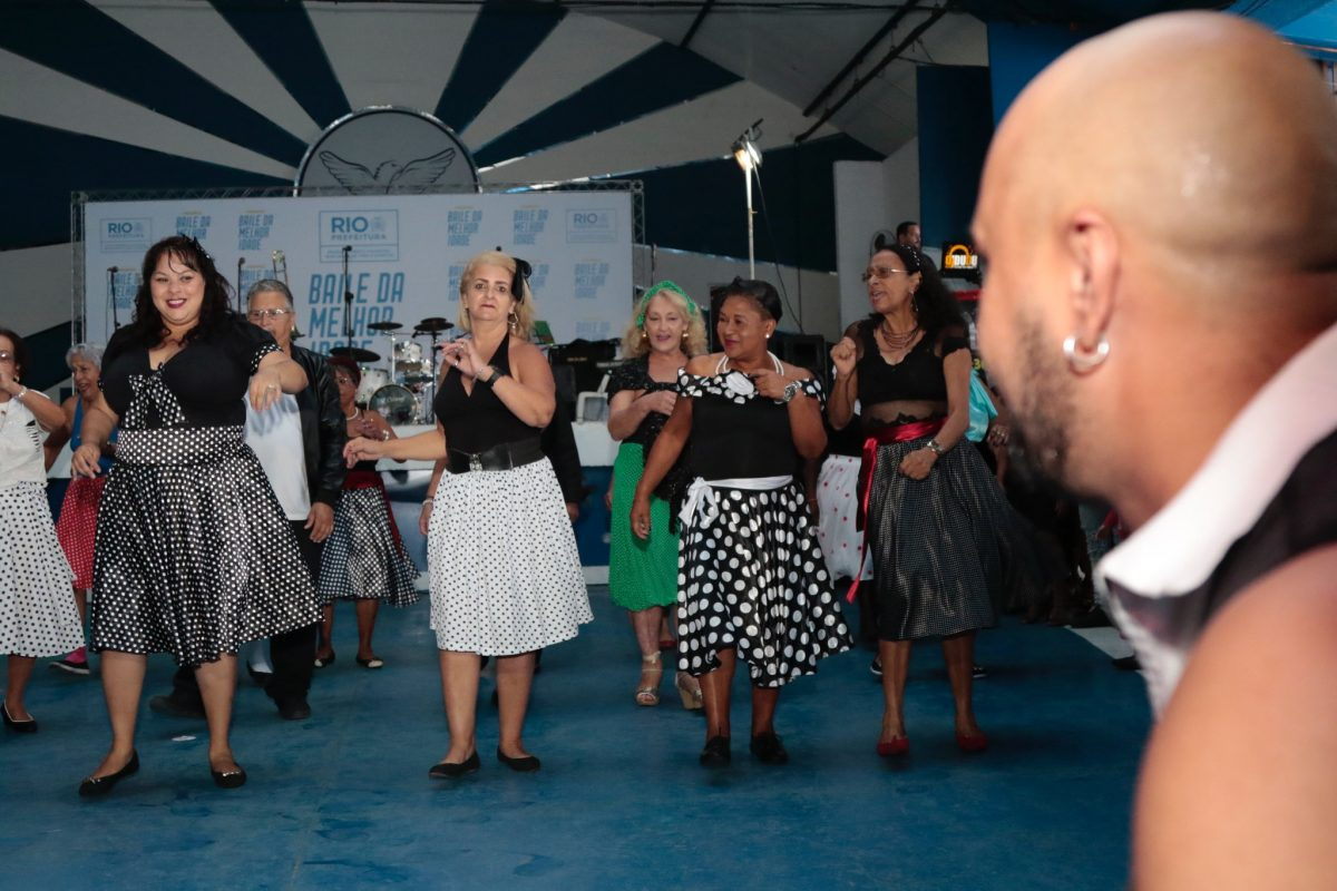 As meninas mostram que quem sabe faz ao vivo no Baile da Terceira Idade na Portela. Foto: Mariana Ramos / Prefeitura do Rio