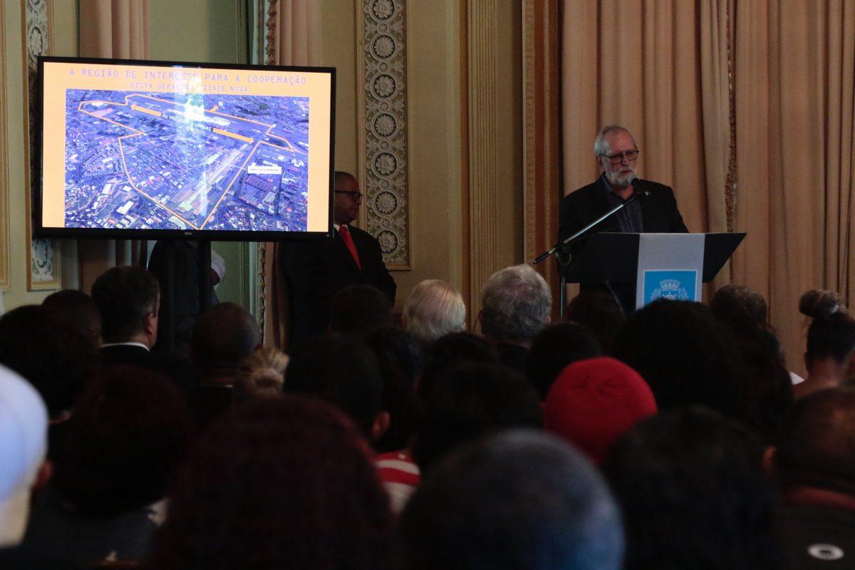 O arquiteto Rui Rezende apresenta o plano de revitalização da porção leste da Cidade Nova em solenidade no Palácio da Cidade. Foto: Mariana Ramos / Prefeitura do Rio