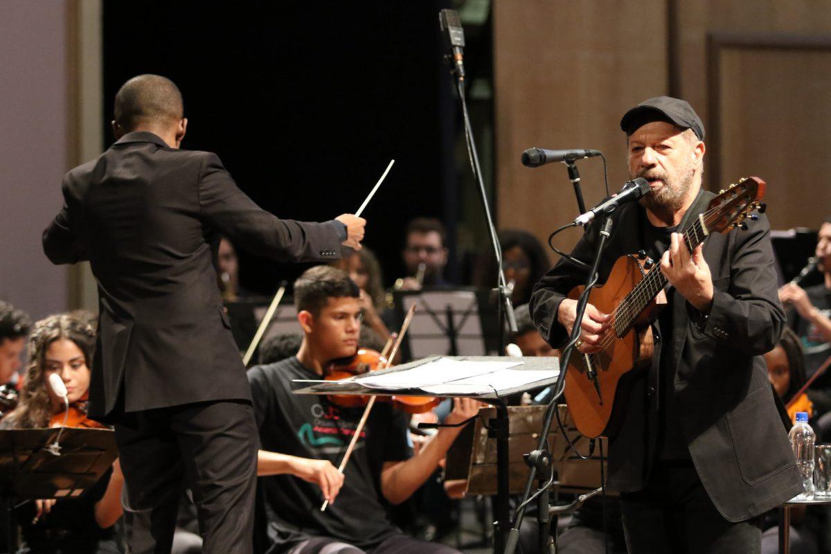 João Bosco se apresenta junto com a Orquestra Sinfônica Juvenil Carioca no Theatro Municipal: dois anos de um programa vencedor. Foto: Hudson Pontes / Prefeitura do Rio