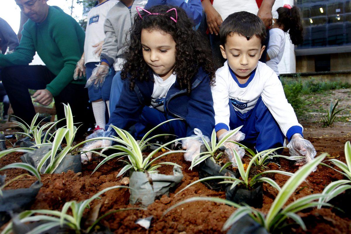 A Secretaria municipal de Meio Ambiente promove plantios de mudas junto a creches e escolas, como foi em julho, no Dia de Proteção das Florestas, quando houve distribuição de sementes de árvores da Mata Atlântica. Fotos Marcelo Piu / Prefeitura do Rio