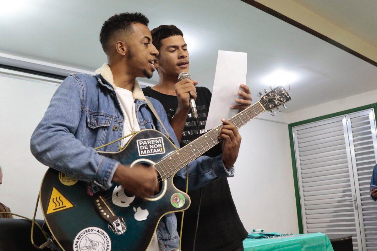 No final do lançamento do Sementes do Bem, apresentação de rap. Foto: Mariana Ramos / Prefeitura do Rio
