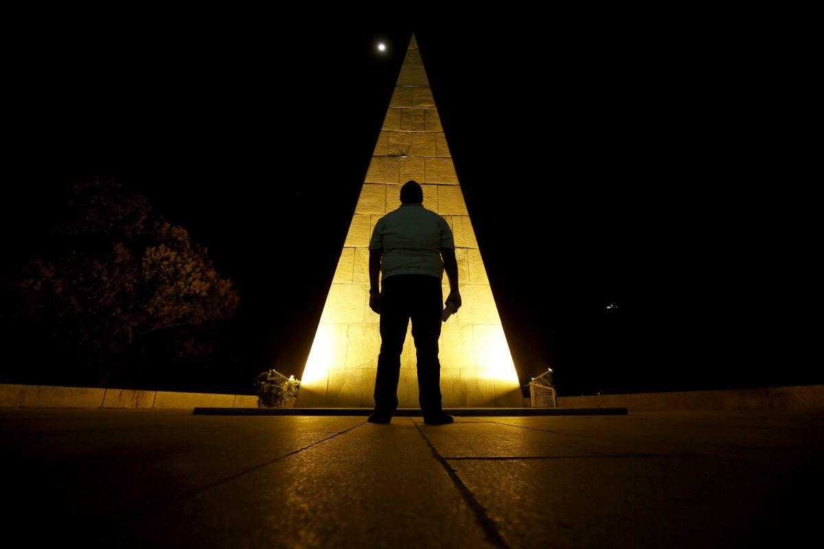 Monumento a Estácio de Sá, no Aterro, iluminado de amarelo em apoio à campanha Setembro Amarelo, de prevenção ao suicídio. Foto: Marcos de Paula / Prefeitura do Rio