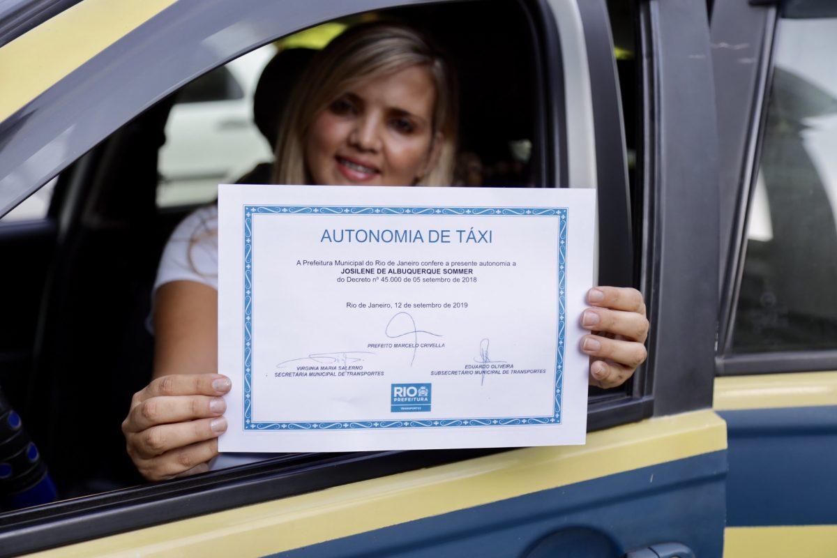 Josilene, taxista há oito anos, exibe o certificado de sua autonomia: homenagem ao marido, falecido há quatro anos. Foto: Edvaldo Reis / Prefeitura do Rio