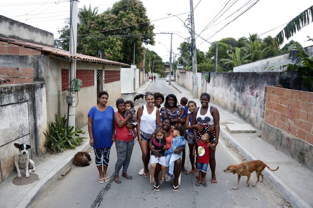 A família de Jussara da Fonseca, 42 anos (ao centro da foto, de camiseta laranja), vive em Sepetiba, Zona Oeste da cidade do Rio, e é uma das mais de duas mil já beneficiadas pelo programa Territórios Sociais. Fotos Marcos de Paula / Prefeitura do Rio