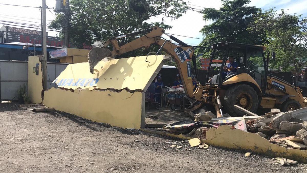 Prefeitura derruba construções irregulares na Zona Oeste Foto: divulgação