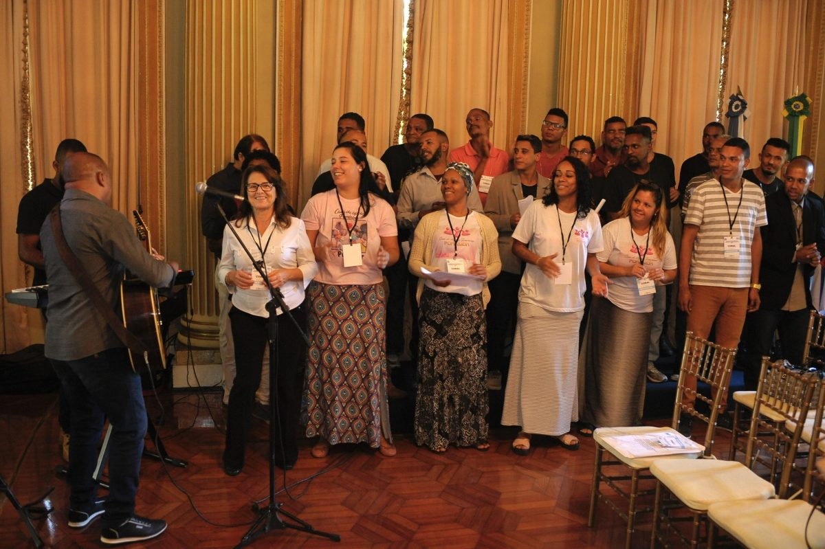 Grupo se apresenta durante anúncio sobre comunidades terapêuticas