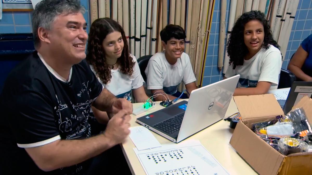 Professor do Rio inspira alunos, que somam 630 prêmios em competições de matemática