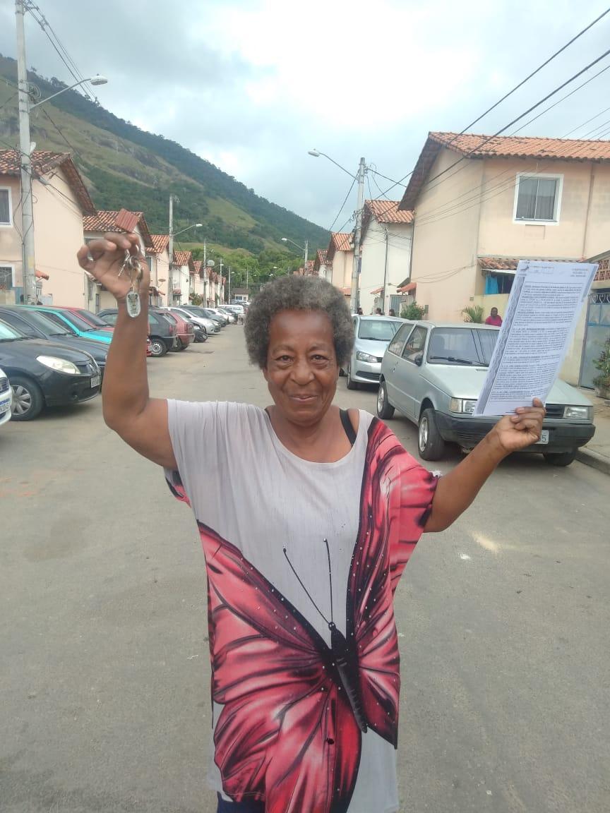 Sônia exibe a chave do apartamento e o Registro Geral de Imóveis (RGI), garantia da propriedade: vida transformada. Foto: Leonardo Cantalice / Prefeitura do Rio