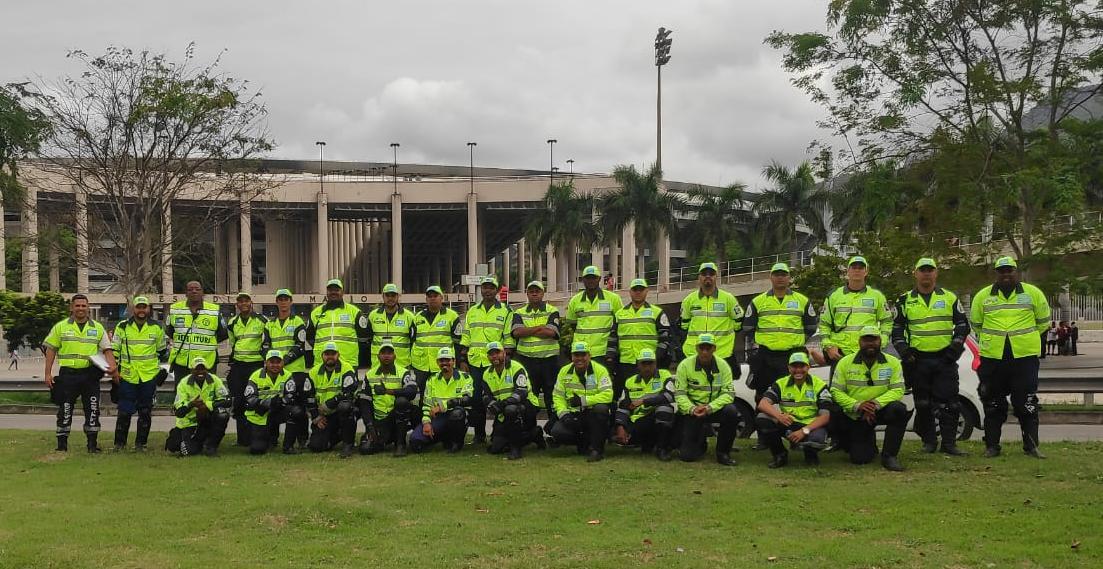 Agentes de trânsito da CET-Rio no Maracanã, horas antes do jogo Flamengo x Grêmio, que terá esquema especial de tráfego. Foto: divulgação / CET-Rio