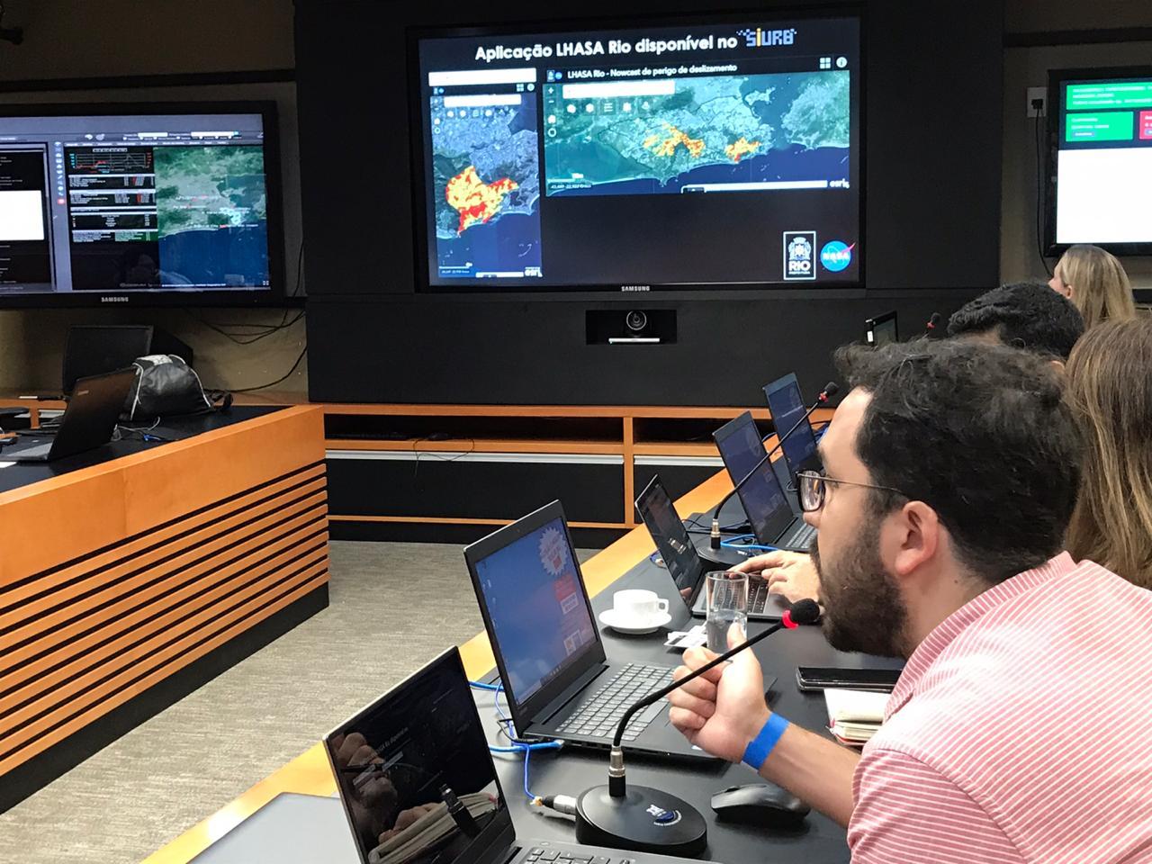 Felipe Mandarino, geógrafo do IPP, apresenta mapa em reunião no COR sobre programa desenvolvido em parceria com a Nasa. Foto: divulgação / COR