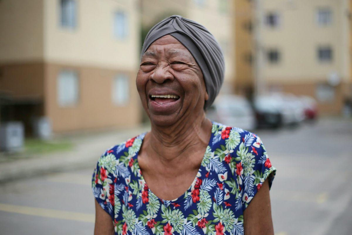 Dona Maria Luiza vivia no Complexo do Alemão em área de risco, e agora é proprietária de fato de apartamento em condomínio, com mais conforto e segurança. Foto: Marcos de Paula / Prefeitura do Rio