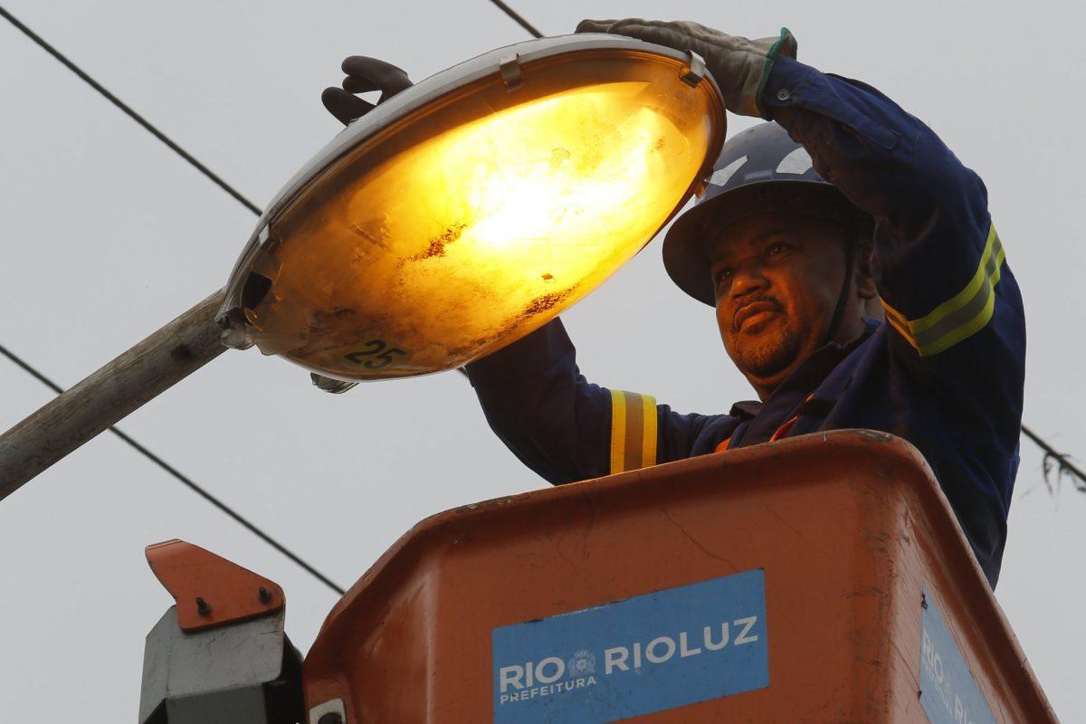 Na comunidade Rollas 1, Rioluz marca presença levando melhoria na iluminação pública. Foto: Marcos de Paula / Prefeitura do Rio