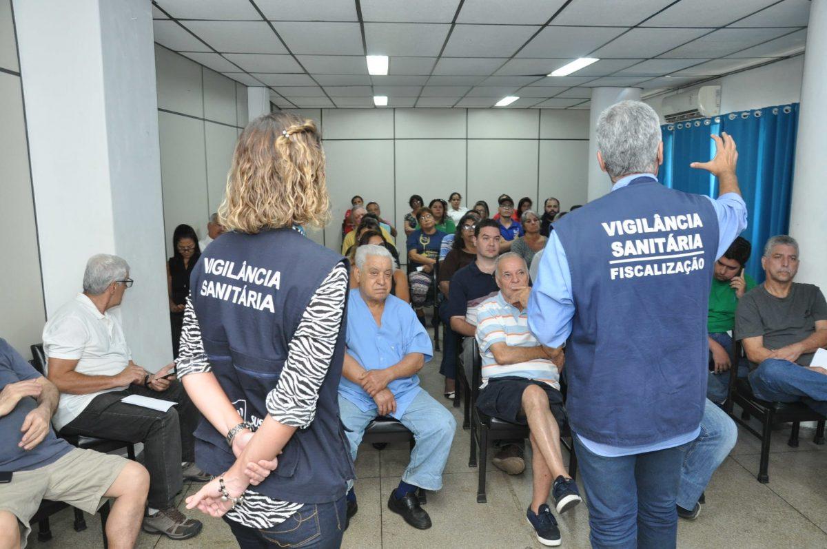 Técnicos da Vigilância Sanitária apresentam a comerciantes da Cadeg o novo Código Sanitário do Rio. Foto: Nelson Duarte / Prefeitura do Rio