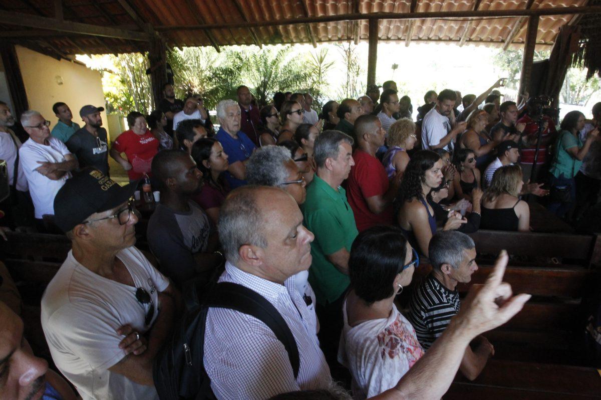 Moradores do Complexo do Caramujo, comunidade em Vargem Grande, ouvem o prefeito anunciar obras de urbanização na região. Foto: Marcelo Piu / Prefeitura do Rio