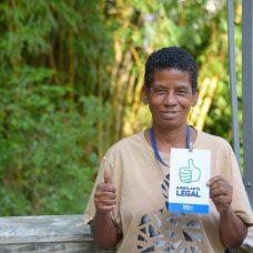 Para Tania, crachá é a garantia que sempre quis de estar legalizada. Foto: Marco Antonio Rezende / Prefeitura do Rio